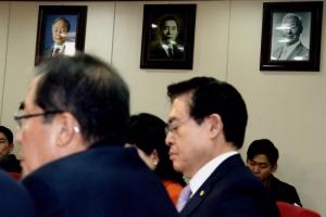 [서울포토] 자유한국당 회의실 벽에 걸린 김영삼·박정희·이승만 전 대통령 사진