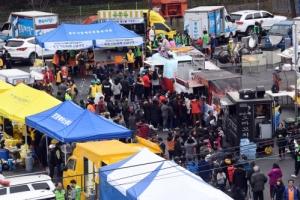 [서울포토] 지진피해 이재민 대피소 앞 자원봉사 푸드트럭