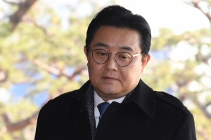"""'뇌물의혹' 전병헌 피의자 소환…취재진에 """"불법 관여 없었다"""""""