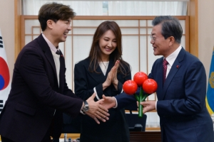 [서울포토] 문 대통령에게 사랑의 열매 전달, 악수 나누는 박수홍