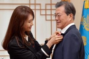 [서울포토] 문 대통령에게 사랑의 열매 달아주는 채시라