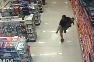아기 안고 무장강도와 총격전 벌인 경찰관