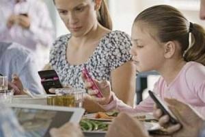 스마트폰 보며 식사하는 아이 비만될 가능성 높다