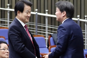 [서울포토] 정동영 의원과 인사하는 안철수 대표