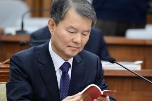 [서울포토] 대한민국 헌법 읽고있는 이진성 헌법재판소장 후보자