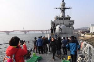 [서울포토] 해군 퇴역함 '서울함 공원'  찾은 관람객들
