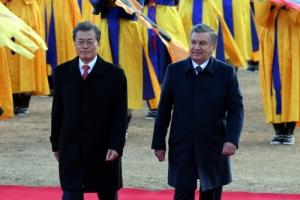 [서울포토] 의장대 사열받는 미르지요예프 우즈베키스탄 대통령
