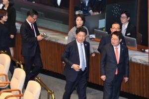 [서울포토] 사회적 참사법 투표에 앞서 본회의장 나가는 자유한국장 의원들