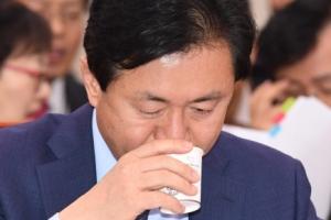 [서울포토] 물 마시는 김영춘 해양수산부 장관