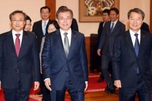[서울포토] 문대통령, 이진성 헌재소장과 유남석 헌법재판관에 임명장 수여
