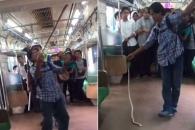 전철 객차에 나타난 뱀 맨손으로 잡은 남성