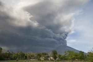 발리 화산 분화로 화산재 4000m 솟구쳐…발 묶인 주민들