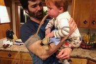 보기만 해도 아찔…육아의 어려움 보여주는 사진들