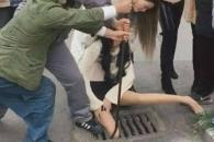 보행 중 휴대전화 사용하다 하수구에 다리 낀 여성