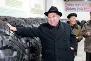 '중절모' 쓴 김정은, 미사일 발사 차량 타이어 공장 시찰