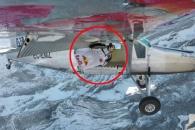 시속 139km 속도로 비행기에 탑승하는 묘기