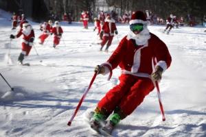 [포토] '썰매 대신 스키' 탄 산타들