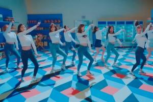 트와이스 '하트셰이커' 뮤직비디오 티저…청바지 입고 경쾌한 군무