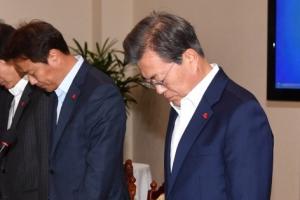 [서울포토] 영흥도 낚싯배 전복 희생자에 대한 묵념하는 문재인 대통령