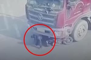 트럭 밑에 깔린 오토바이 여성 운전자 구사일생