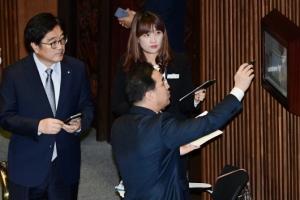 [서울포토] 국회 본회의 '인원파악은 정확하게'
