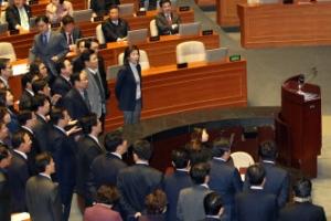의장석 싸고 항의한 한국당…법인세법 개정안 국회 본회의 통과