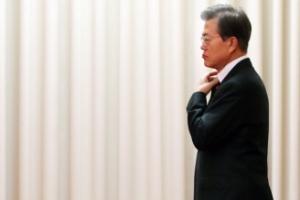 [서울포토] 터키 총리 접견 전 옷매무새 다듬는 문 대통령