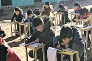 교실이 추워 운동장서 햇빛 쬐며 공부하는 중국 초등학생들