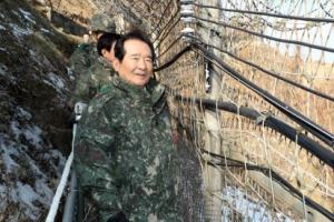 [서울포토] 전방 방문 비무장지대 바라보는 정세균 국회의장