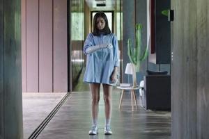 외로운 소녀의 시간여행…'블랙 할로우 케이지' 예고편
