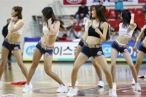농구 코트 뜨겁게 달군 치어리더들의 '댄스 타임'