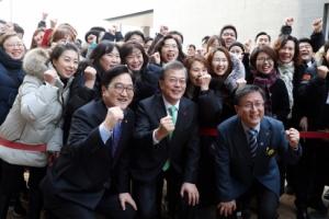 [서울포토] 문재인 대통령, '노원 에너지제로 주택' 입주민들과 기념촬영
