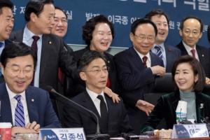 [서울포토] 이국종 교수와 사진찍는 국회의원들