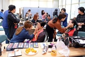 [안전이 미래다] 한국농수산식품유통공사, 유공자·장애노인 사진 촬영 봉사