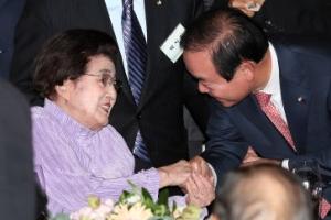 [포토] '미소 짓는' 이희호 여사, 고(故) 김대중 전 대통령의 노벨평화상 수상 17주…