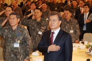 [서울포토] 군 지휘관들과 함께 국기에 경례하는 문재인 대통령