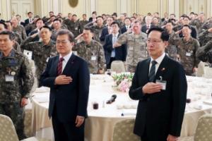 [서울포토] 문재인 대통령, 군 지휘관들과 함께 국기에 경례