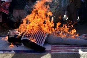 [포토] 트럼프 美 대통령 사진 불태우는 팔레스타인 시위자들