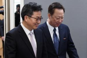 """김동연 """"기업이 일자리 만들어 달라"""" 박용만 """"일거리 위해 규제 풀어달라"""""""