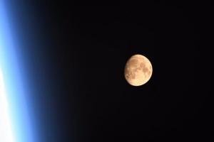 [우주를 보다] 우주 '명당자리'서 찰칵… 수줍은 듯 붉은빛 발한 슈퍼문