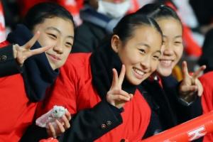 """""""이겨라!""""…밝은 미소로 응원하는 北 재일교포 여학생들"""