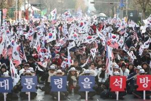 """박근혜 탄핵소추 의결 1년…지지자들, 거리에서 """"박근혜 석방"""" 촉구"""