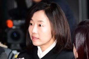 [서울포토] '밝은 표정으로' 조윤선 전 청와대 정무수석, 취재진 질문에 대답