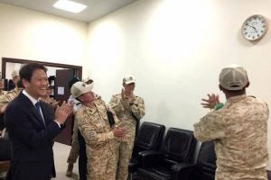 [포토] 임종석 실장, UAE 아크부대에 '문대통령 시계' 선물