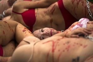 [포토] '온몸에 피가'… 동물 보호 운동가들의 반라 퍼포먼스