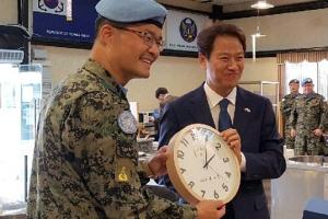 임종석 비서실장, 레바논 동명부대 방문…'이니시계' 선물