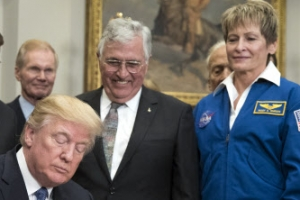 아폴로 프로젝트 이후 45년만에 미국 달 유인탐사 시작