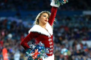 [포토] 경기장에도 성큼 다가온 크리스마스 '산타 치어리더'