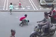 어른들 무관심 속 뺑소니 당한 아이 구한 소년
