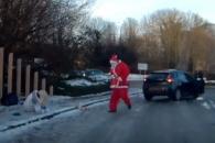 빙판길서 넘어진 여성 돕는 산타클로스